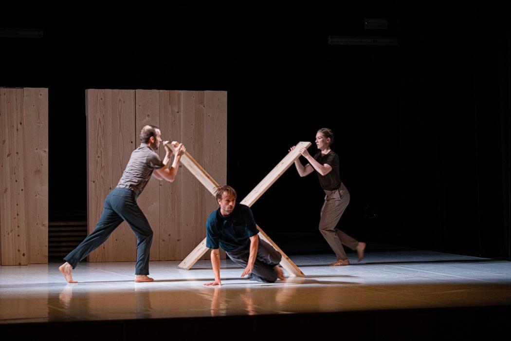 "Skanes Dansteater - ""Burnt offering"" e ""The longest distance between two points"""