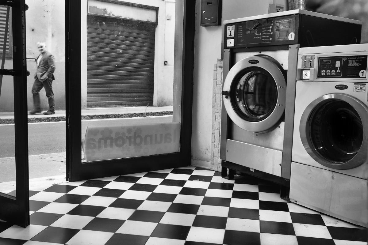 Black and White.Negozio di lavasecco nella periferia di Firenze, Italy
